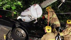 De brandweerlieden gebruiken kaken van het leven om de slachtoffers van de autoneerstorting te ontwarren stock video