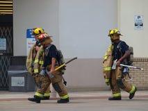 De brandweerlieden nemen hydratieonderbreking Royalty-vrije Stock Foto