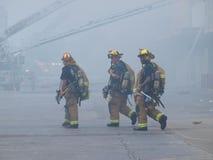 De brandweerlieden nemen hydratieonderbreking van hitte en rook Royalty-vrije Stock Foto's