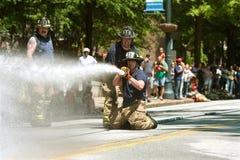 De brandweerlieden schieten Water bij Doel in de de Verzamelingsconcurrentie van Atlanta Royalty-vrije Stock Fotografie