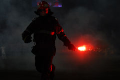 De brandweerman neemt een gloed op Stock Afbeelding