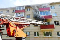 De brandweerman tijdens dooft een brand Royalty-vrije Stock Fotografie