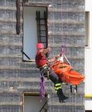 De brandweerman tijdens een oefening draagt de brancard stock foto's