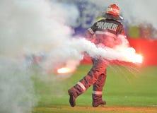 De brandweerman verwijdert gloed uit de voetbalhoogte royalty-vrije stock afbeelding