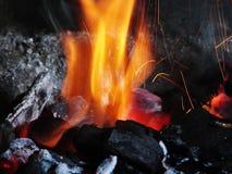 De brandwond van berksteenkolen met een heldere vlam royalty-vrije stock afbeelding