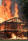 De brandwond van de brandwondbaby, wordt een huis overspoeld in vlammen stock fotografie