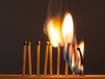 De brandwond van de gelijkenzwavel met een rode vlam op een donkere achtergrond stock foto