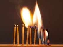 De brandwond van de gelijkenzwavel met een rode vlam op een donkere achtergrond stock afbeeldingen