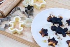 De brandwond van Kerstmiskoekjes op houten lijst royalty-vrije stock fotografie