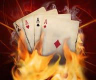 De brandwond van pookkaarten in de brand stock foto's