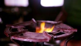 De brandwonden van de gasbrand, aardgasontsteking in fornuisbrander stock video