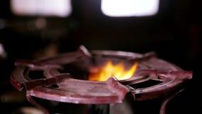 De brandwonden van de gasbrand, aardgasontsteking in fornuisbrander, stock video