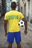 De Brasil de futebol do jogador bola 2014 de futebol na rua imagens de stock royalty free