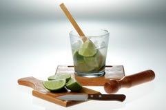 De Braziliaanse cocktail van Caipirinha met voorgerecht Stock Afbeeldingen