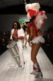 De Braziliaanse dansers presteren op de baan tijdens de modeshow CA-Rio-CA Royalty-vrije Stock Afbeeldingen