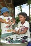 De Braziliaanse meisjes wassen met de hand kleren stock afbeelding