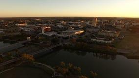 De Brazosrivier overbrugt Luchtwaco Texas Downtown City Skyline stock footage