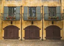 De brede Bouw van Menings Italiaanse Twee Verhaal met Binnenplaats stock afbeelding