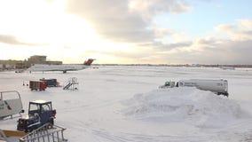 De brede mening van buitensneeuw behandelde tarmac van van het Midwesten luchthaven in de Verenigde Staten in de winter stock footage