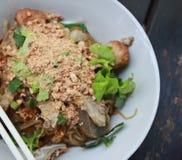 De brede rijstnoedels met groenten en vlees Stock Afbeelding