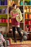 De Breiende Sjaal die van de vrouw zich voor Garen bevindt Stock Afbeeldingen