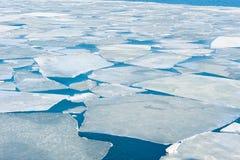 De brekende ijsschol van het de lenteijs bij het Japanse overzees royalty-vrije stock afbeeldingen