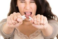 De brekende sigaret van de vrouw concepteneinde het roken Stock Afbeelding