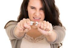 De brekende sigaret van de vrouw concepteneinde het roken Royalty-vrije Stock Foto's