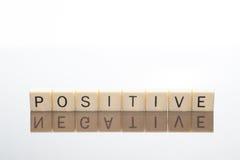 De brieven spellen Positief met Negatieve bezinning Stock Fotografie