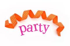 De brieven van de partij en oranje lint stock foto