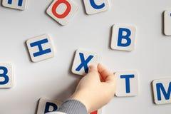 De brieven van het alfabet Tegen de achtergrond van de witte schoolraad stock fotografie