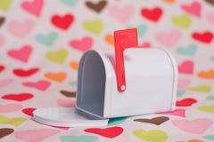 De brievenbus en de harten van de valentijnskaart royalty-vrije stock foto