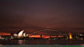 De briljante rode zonsondergang van het de operahuis van Sydney