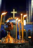 De brinnande stearinljusen i kloster Kyrka kyrkligt ortodoxt arkivfoto