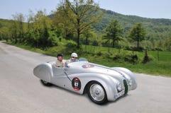 De Britse acteursLijsterbes Atkinson drijft 1939 gebouwd BMW Stock Afbeelding
