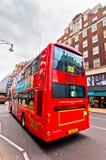 De Britse bus van het pictogram dubbele dek langs de Straat van Oxford in Londen, het UK Stock Afbeelding