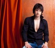 De Britse indie pop rots kijkt jonge mens op sinaasappel Stock Foto
