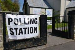 de Britse Kiezer gaat naar de Opiniepeilingen op Super Donderdag Stock Fotografie