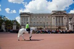 De Britse Koninklijke wachten voeren het Veranderen van de Wacht in Buckingham Palace uit Stock Foto