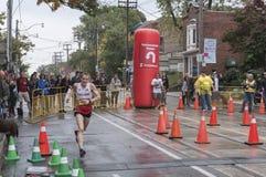 De Britse marathonagent Jason Cherriman loopt voorbij het 33km keerpuntpunt van de Marathon van de Waterkant van Scotiabank Toron Royalty-vrije Stock Fotografie