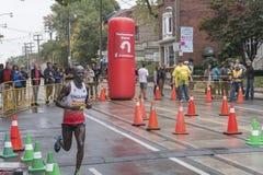 De Britse marathonagent Kojo Kyereme loopt voorbij het 33 km-keerpuntpunt van de Marathon van de Waterkant van Scotiabank Toronto Royalty-vrije Stock Fotografie