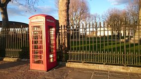 De Britse rode telefoondoos stak omhoog tijdens zonsondergang aan Royalty-vrije Stock Foto
