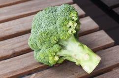 De broccoli op a wodden achtergrond Stock Foto