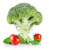 De broccoli van de kool met tomaten en groene bladeren Stock Afbeeldingen