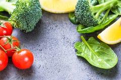 De broccoli van verse groenteningrediënten, spinaziebladeren, tomaten, citroen Royalty-vrije Stock Afbeeldingen