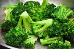 De broccoli worden geroosterd in een pan Royalty-vrije Stock Foto's