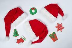 De broden van de Kerstmisgember en de kappen van Santa Claus ` s liggen op witte bac royalty-vrije stock fotografie