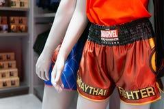 De broek van de Muay het Thaise Vechter Thaise hijgt In dozen doen de Uitgave van Thailand van de Wonderervaring het verkopen bij royalty-vrije stock fotografie