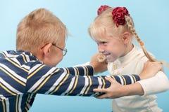 De broer en de zuster beginnen een strijd met elkaar Royalty-vrije Stock Afbeelding