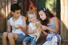 De broer en de zuster brengen de zomer in het dorp door royalty-vrije stock foto's